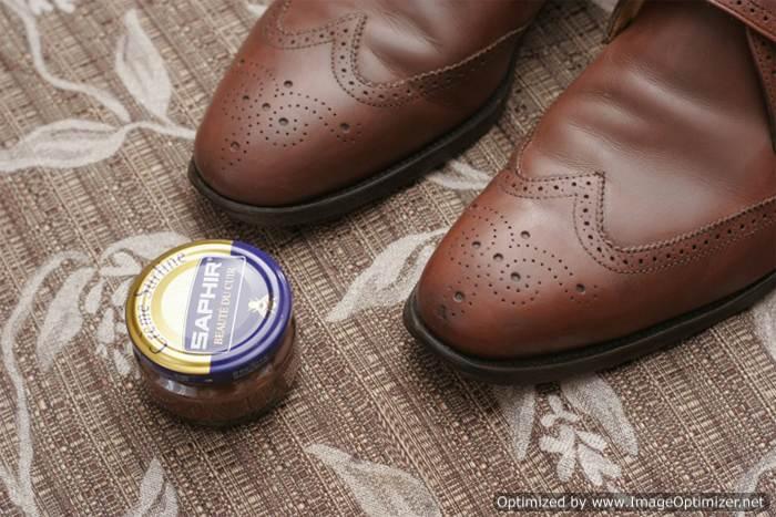 Нанесение крема Saphir на обувь