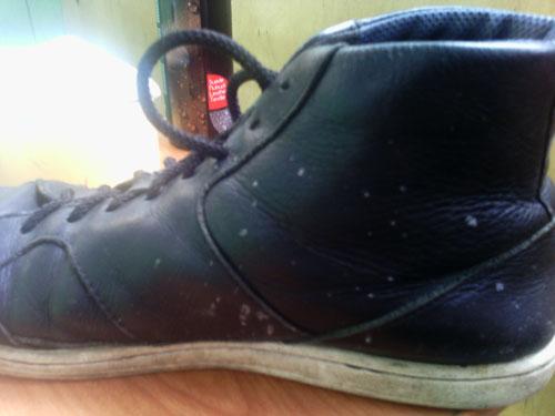 Повреждения на кожаной обуви